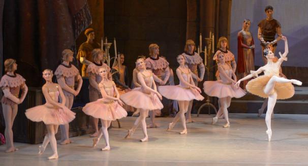 Mariinsky-Ballet_Raymonda-by-Valentin-Baranovsky_6